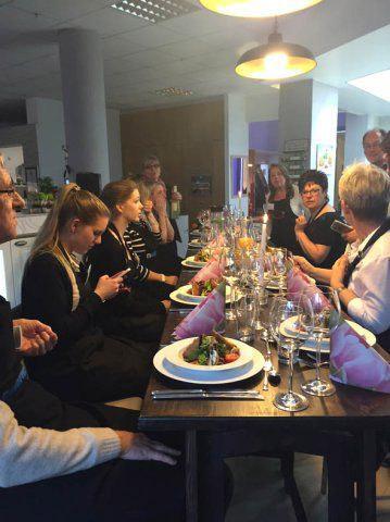 eingedeckter Tisch beim Koch-Event von DOCHOWs Küchen mit Geschmack in Berlin