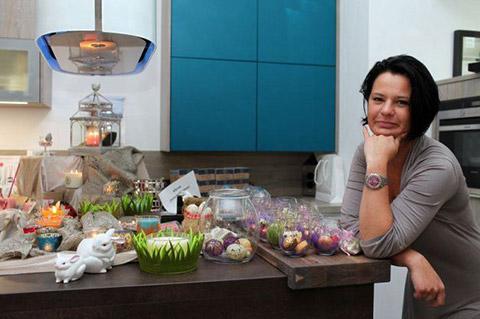 Frau sitzt am Tisch beim Eventshopping an Ostern von DOCHOWs Küchen mit Geschmack in Berlin