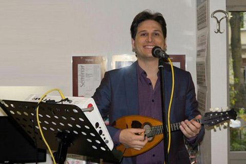 Gitarrenspieler beim Eventshopping an Ostern von DOCHOWs Küchen mit Geschmack in Berlin