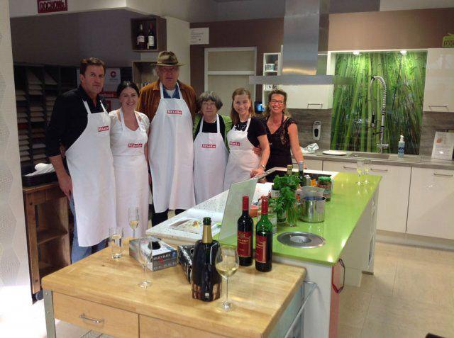 Gruppenfoto beim Nachbarschafts-Kochevent von DOCHOWs Küchen mit Geschmack in Berlin