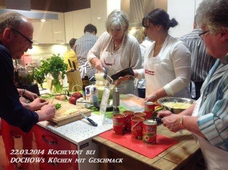 Teilnehmer beim Zubereiten der Speisen beim Kochevent im März von DOCHOWs Küchen mit Geschmack in Berlin