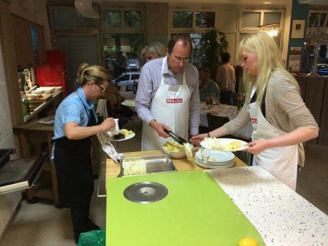 Teilnehmer kochen beim Kochevent
