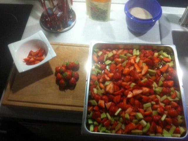 Nachspeisen-Vorbereitung beim Maibock Kochevent bei DOCHOWs Küchen mit Geschmack in Berlin