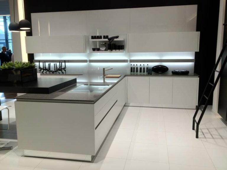 Offene, moderne Küche von DOCHOWs Küchen mit Geschmack in Berlin