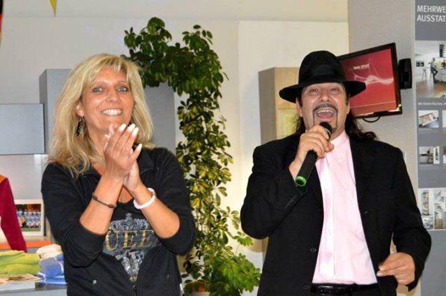 Sänger-Duo beim Eventshopping von DOCHOWs Küchen mit Geschmack in Berlin