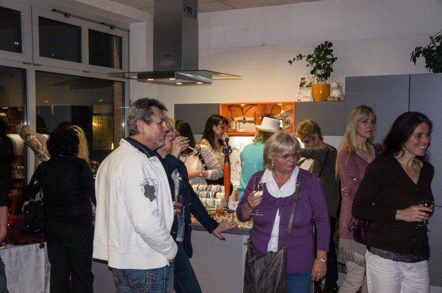 Gäste beim Eventshopping an Ostern von DOCHOWs Küchen mit Geschmack in Berlin