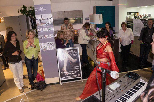 Tänzerin beim Eventshopping an Ostern von DOCHOWs Küchen mit Geschmack in Berlin