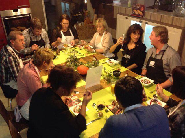 Teilnehmer essen am gedeckten Tisch beim Kochevent Herbstküche bei DOCHOWs Küchen mit Geschmack in Berlin