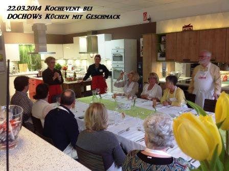 Teilnehmer sitzen am gedeckten Tisch beim Kochevent im März bei DOCHOWs Küchen mit Geschmack in Berlin