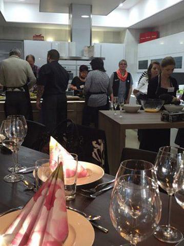 Teilnehmer kochen beim Kochevent von DOCHOWs Küchen mit Geschmack in Berlin