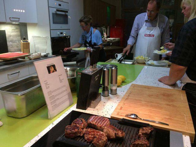 Teilnehmer kochen beim Maibock Kochevent von DOCHOWs Küchen mit Geschmack in Berlin