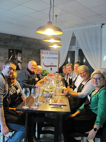 Teilnehmer des Koch-Events vegetarischer Abend bei DOCHOWs Küchen mit Geschmack in Berlin
