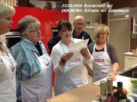 Teilnehmer lesen Rezept beim Kochevent im März bei DOCHOWs Küchen mit Geschmack in Berlin