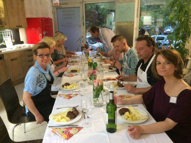 Teilnehmer des Maibock Kochevents von DOCHOWs Küchen mit Geschmack in Berlin beim Essen