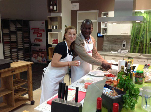 Teilnehmer beim Nachbarschafts-Kochevent von DOCHOWs Küchen mit Geschmack in Berlin