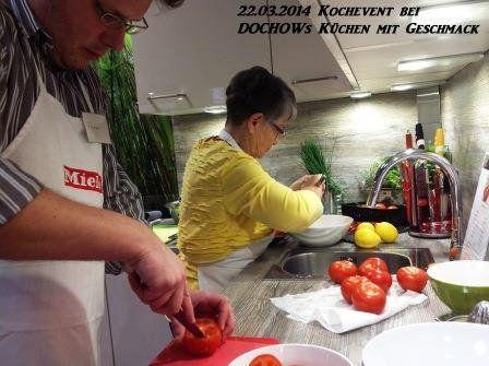 Teilnehmer schneiden Tomaten beim Kochevent im März bei DOCHOWs Küchen mit Geschmack in Berlin