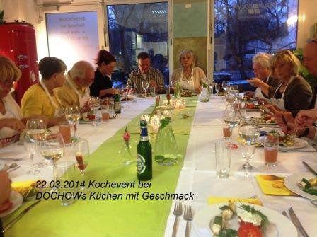 Teilnehmergruppe sitzt am gedeckten Tisch beim Kochevent im März bei DOCHOWs Küchen mit Geschmack in Berlin