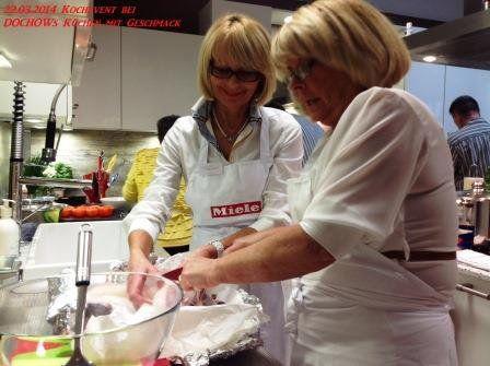 Teilnehmerinnen beim Kochevent im März bei DOCHOWs Küchen mit Geschmack in Berlin