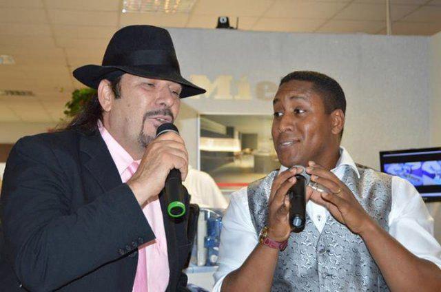 Zwei Musiker beim Eventshopping von DOCHOWs Küchen mit Geschmack in Berlin