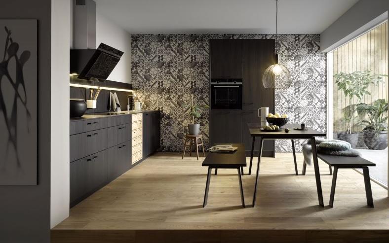 Küche mit schwarzen Möbeln und Wandfliesen mit Ornamenten erhältlich bei von DOCHOWs Küchen mit Geschmack in Berlin