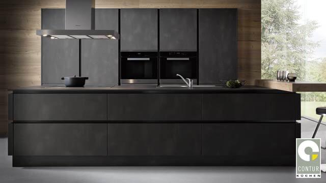 dunkle Designerküche beim Küchenanbieter DOCHOWs