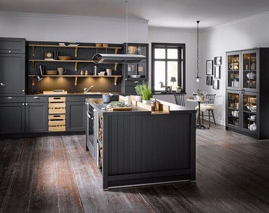 dunkle Küche im Landhausstil im Küchenhaus DOCHOWs Berlin