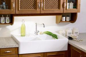 Weiße Keramikspüle in einer Landhausküche
